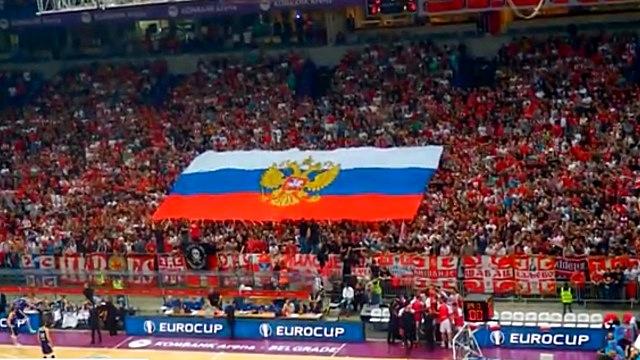 Сербские фанаты встретили украинских баскетболистов флагом России — ИноТВ