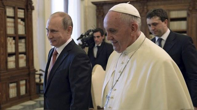 Французская писательница: Ватикан понял, что в лоб Россию не победить