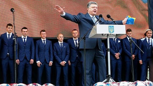 Обозреватель: Порошенко обещает гимн в Донецке под национальным флагом