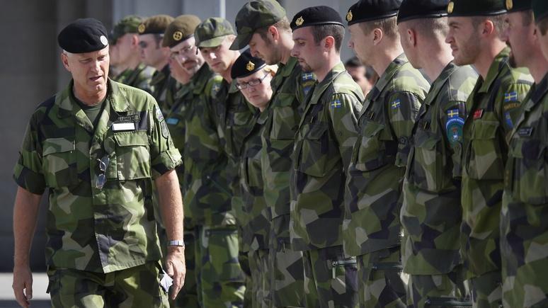Вшведскую армию призовут женщин из-за страха передРФ