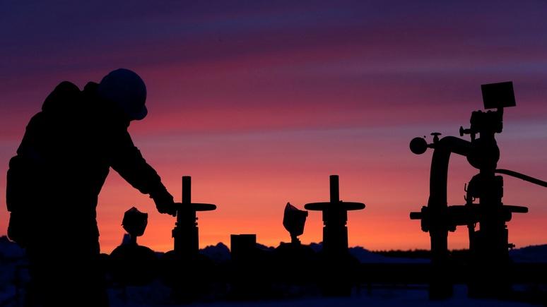 Нефть дешевеет, однако  держится угодового пика внадежде наограничение добычи