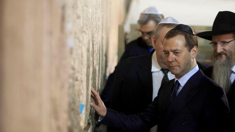Подарок Дмитрию Медведеву вызвал дипломатический скандал