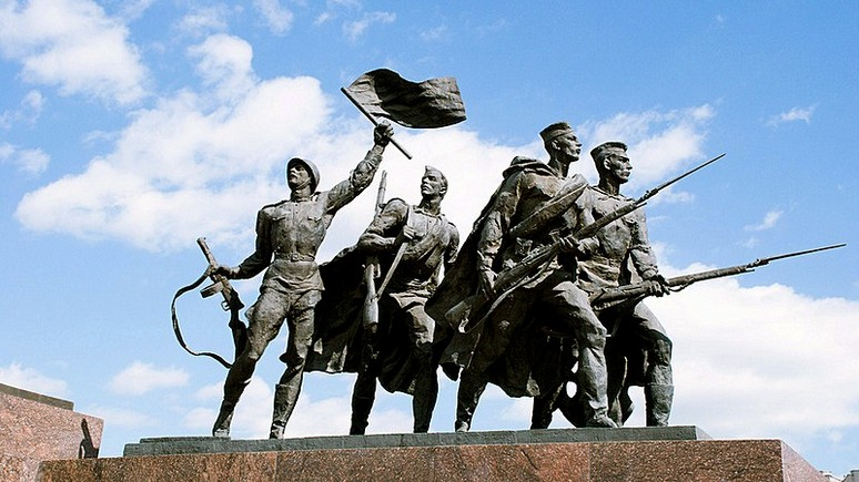 502297_1_sculptural-group-soldiers-in-st