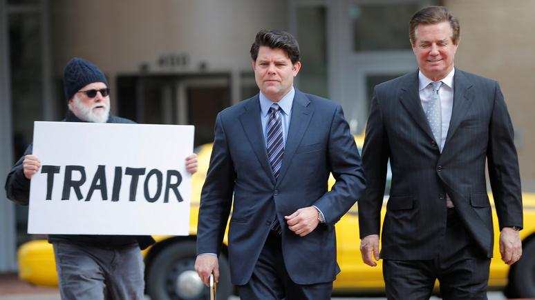 NBC: на выходе из здания суда Манафорта встретили российским флагом и назвали «предателем»