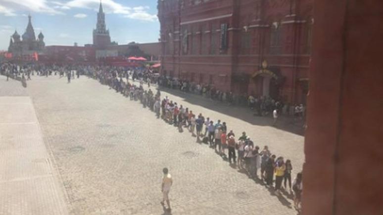 СТРАНА.ua: болельщики на ЧМ-2018 выстраиваются в гигантские очереди к Мавзолею