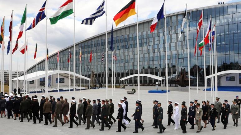 ERR: экс-президент Эстонии предложил назвать штаб-квартиру НАТО в честь Маккейна